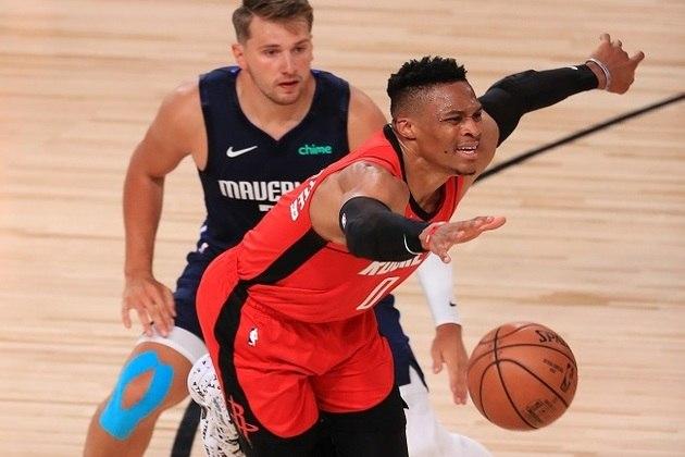 Recuperado após ser diagnosticado com coronavírus, o astro Russell Westbrook (Houston Rockets) apareceu bem na vitória de sua equipe diante do Dallas Mavericks por 153 a 149. O camisa 0 obteve 31 pontos, 11 rebotes e oito assistências. A parte ruim é que Westbrook cometeu seis erros de ataque e converteu somente quatro dos oito lances livres