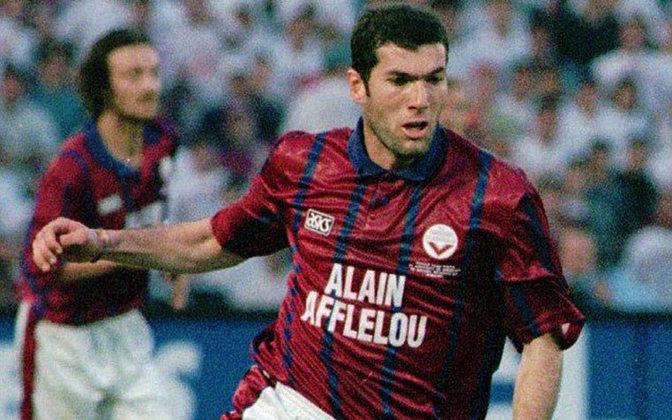 Recusado pelo Blackburn - O ano era 1995 e Zidane começava a se destacar no Bordeaux e despertou o interesse do Blackbur, clube inglês campeão nacional daquele ano. Porém, o diretor Jack Walker não gostou da ideia e rejeitou o craque para ficar com o meia Sherwood