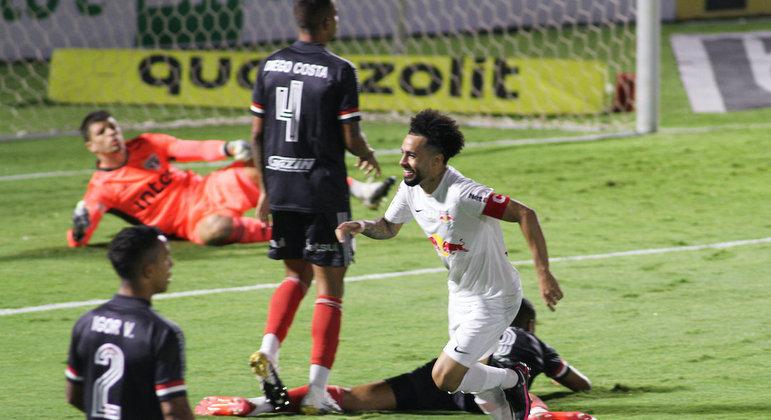 Com toda a liberdade, Claudinho começou a farra do Bragantino contra o São Paulo