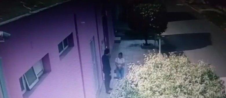 Imagens mostram momento em que suspeito leva uma das vítimas
