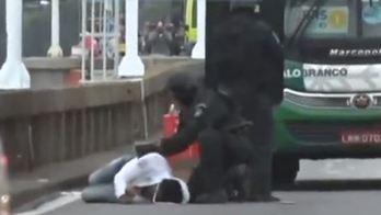__Sexta vítima liberada desmaia ao sair de ônibus na ponte Rio-Niterói__ (Reprodução/Record TV)