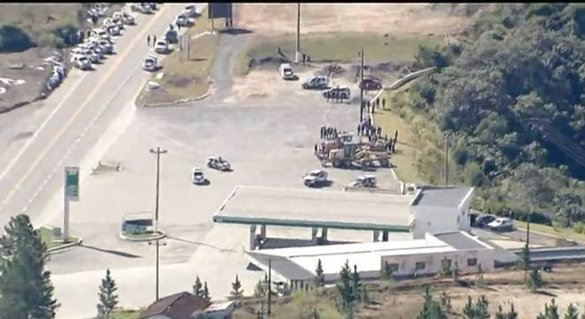 Policiais cercaram local onde assaltantes fizeram ao menos 9 pessoas reféns