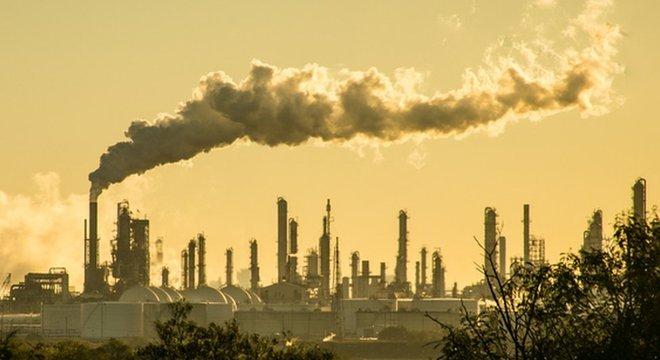 20 empresas produtoras de petróleo, gás natural e carvão foram responsáveis por 35% das emissões totais de combustíveis fósseis e cimento