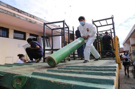 Cilindros de oxigênio são levados para Iquitos, em Loreto