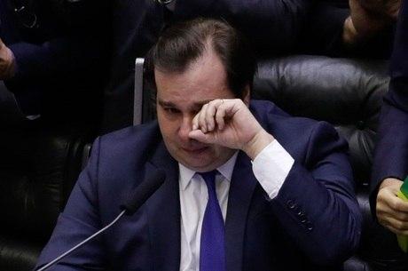 O presidente da Câmara, Rodrigo Maia, chora no plenário