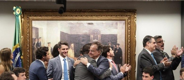 Deputados comemoram a aprovação do parecer do relator da Reforma da Previdência, Samuel Moreira (PSDB-SP)