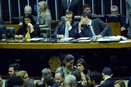 O presidente da Câmara, Rodrigo Maia, reabre a sessão