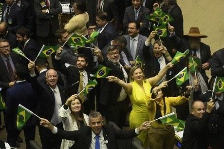 Deputados comemoram aprovação da reforma