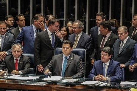 O presidente do Senado, Davi Alcolumbre, anuncia aprovação