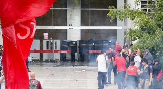 Policiais militares e manifestantes em frente ao prédio da Assembleia Legislativa