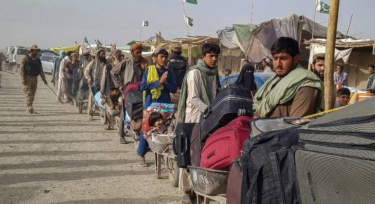 População afegã tenta cruzar a fronteira do Paquistão para fugir do talibã