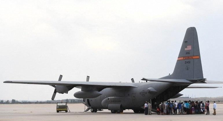 Refugiados afegãos embarcam em avião militar dos EUA