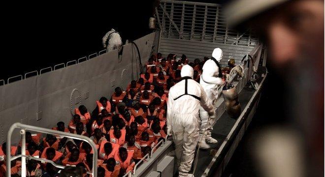 Destino de embarcação com imigrantes criou um impasse entre Itália e Malta