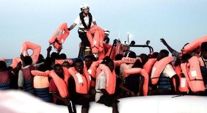 Há mais de uma centena de menores desacompanhados e ao menos sete mulheres grávidas a bordo do Aquarius