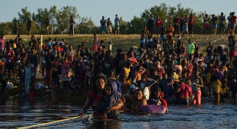 Haitianos tentam entrar nos Estados Unidos pelo Texas, estado que faz fronteira com o México