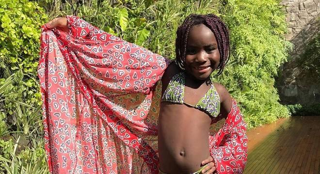 As meninas refugiadas curtiram piscina na casa de Marquezine