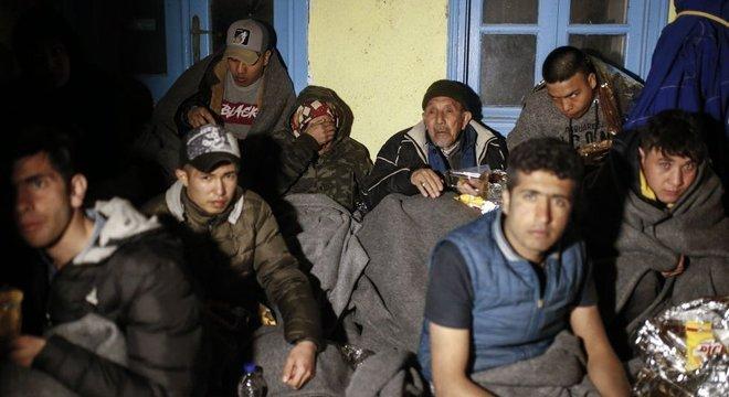 """Nova onda de migrantes ocorreu depois que presidente da Turquia afirmou que seu país estava """"abrindo as portas"""" para refugiados entrarem na Europa."""