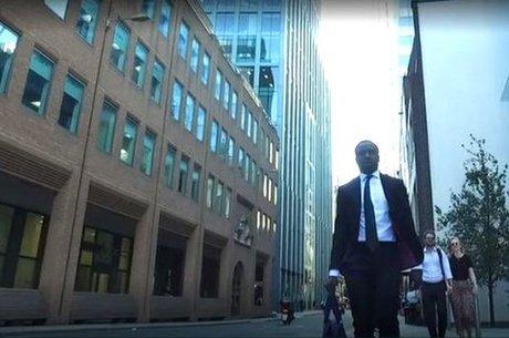 Aos 23 anos, Reggie trabalha no distrito financeiro de Londres