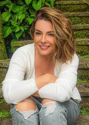 Regiane Alves lança livro