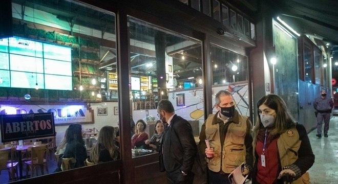 Movimento em  bar da Vila Madalena, na zona oeste de SP