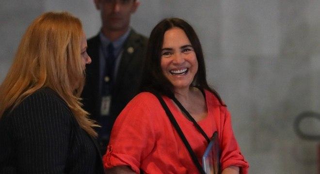 Regina Duarte no Palácio do Planalto; ao seu lado, secretária Jane Silva