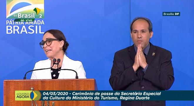 Regina Duarte toma posse em cerimônia que contou até com fã-clube