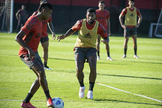 Registro de Rodinei marcando Bruno Henrique durante atividade do Flamengo.