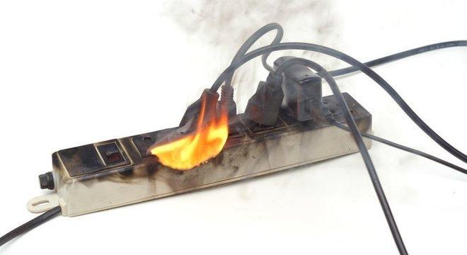 Benjamim e régua (imagem) são usados para ligar mais de um aparelho na mesma tomada, mas são vistos por bombeiros como grandes causadores de incêndios