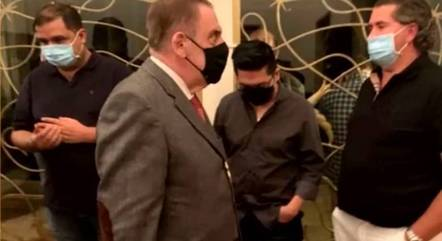 Delegado e agentes penitenciários ao lado do empresário Reginaldo Campos, dono do cassino