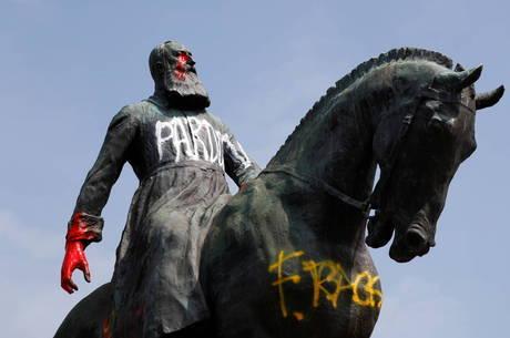 Antes de retirada, estátua havia sido alvo de pixação