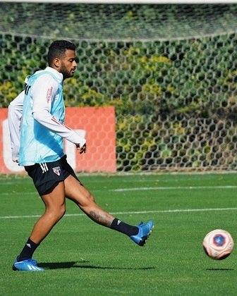 Reinaldo, mata a saudade da bola com a perna esquerda, após longo período longe do instrumento de trabalho.