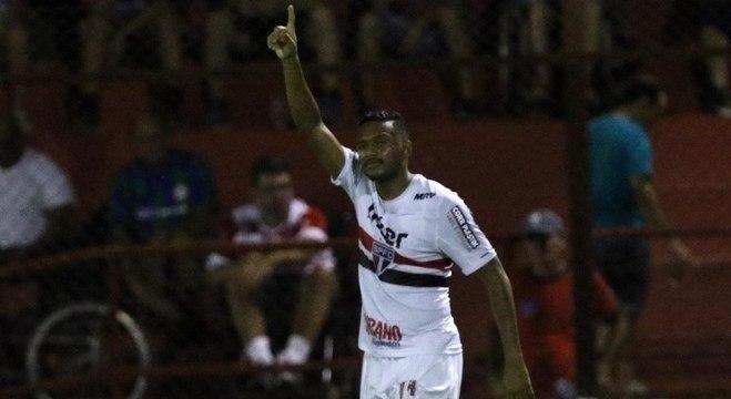 Reinaldo fez o primeiro gol da vitória do São Paulo contra o Linense , por 2 a 1