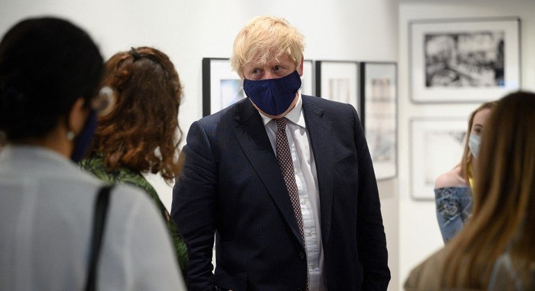 Governo de Boris Johnson adiantou o programa para 'acabar com a pandemia'  nesta quinta