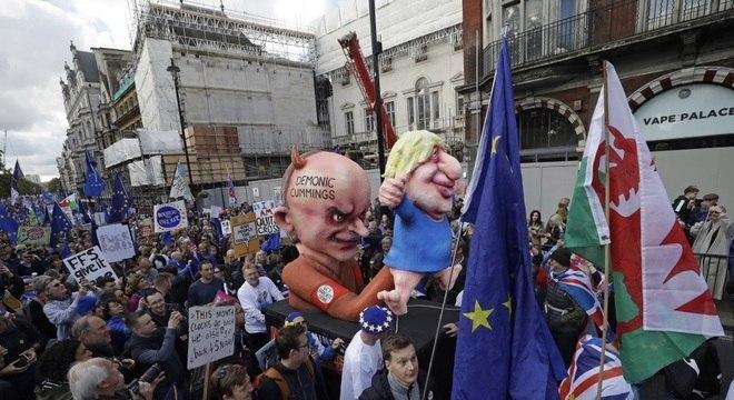 Manifestantes protestam contra Brexit nas ruas de Londres neste sábado (19)