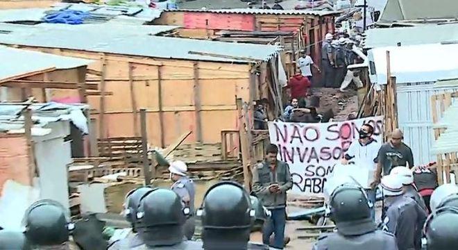 Fogo e barricadas marcam reintegração de posse na rodovia dos Imigrantes