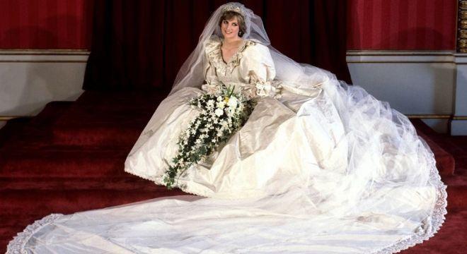 Relembre alguns fatos curiosos sobre o vestido de casamento de Diana