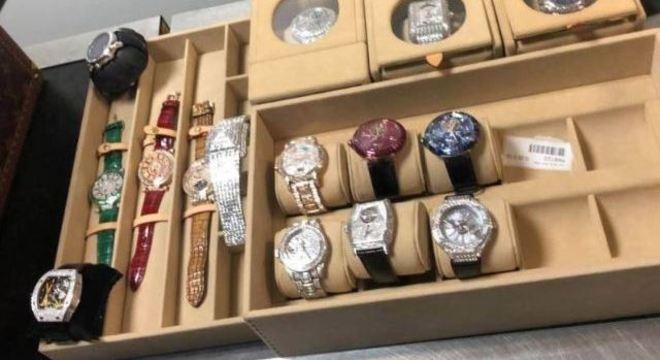 Relógios cravejados de diamantes e avaliados em US$ 15 milhões