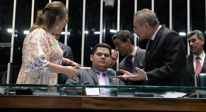 Alcolumbre (centro) presidiu sessão sob protestos de Calheiros e Kátia Abreu