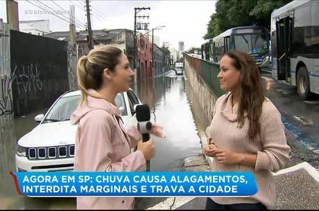 Renata ficou presa com carro em enchente