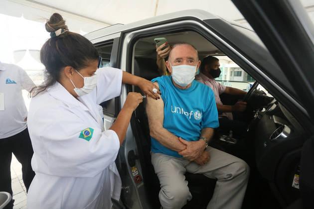 Renato Aragão, o eterno Didi, foi vacinado contra a covid-19 no dia 11 de fevereiro, no Rio de Janeiro. O artista de 86 foi flagrado por fotógrafos, mas também fez o registro nas redes sociais.