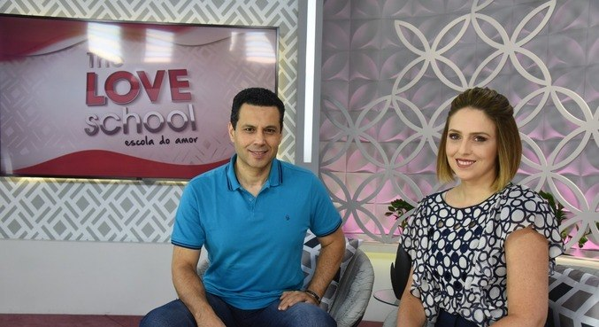 Renato e Cristiane comandam ao vivo o The Love School - Escola do Amor deste sábado (6)