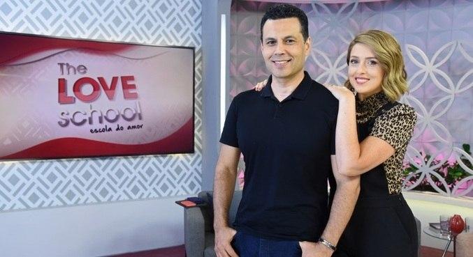 Renato e Cristiane Cardoso comandam ao vivo o programa deste sábado (8)