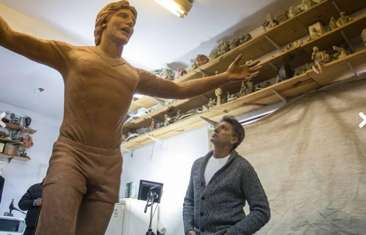 Renato Gaúcho.Encarando sua estátua que está colocada na entrada da arena