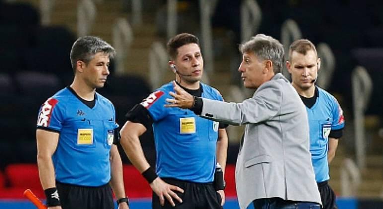 Renato Gaúcho irritado, conversando com a arbitragem depois da goleada por 4 a 0