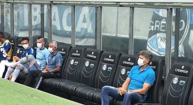 Renato Gaúcho e os reservas.  Máscaras para deixar claro o risco desnecessário