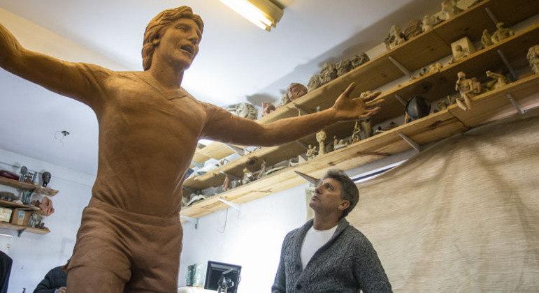 Renato Gaúcho admirando a própria estátua. Seguirá como maior ídolo. Mas não como técnico