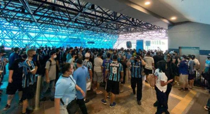 Centenas de gremistas foram ontem ao aeroporto para se despedir de Renato Gaúcho