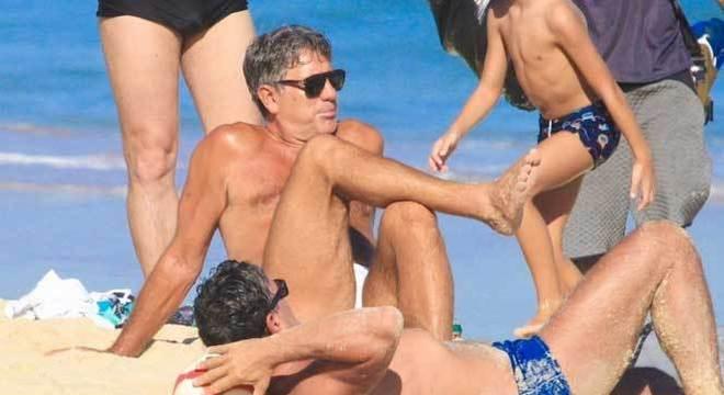 Renato Gaúcho é contra a  volta do futebol. Mas frequenta praias no Rio