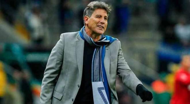 Renato Gaúcho surpreendeu a todos. Quatro volantes travou o River Plate