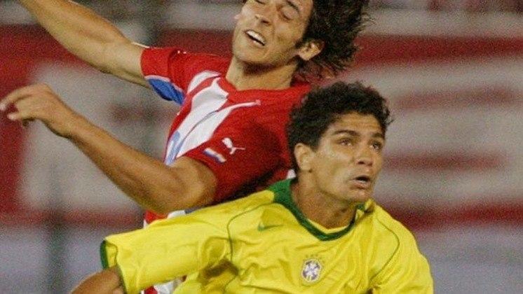 RENATO - O volante jogava no Sevilla em 2004, ano dessa convocação. Ídolo do Santos, Renatinho virou dirigente do clube santista.